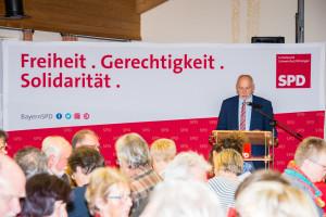 Erich Servatius verliest Grußwort von Burkhard Krapf