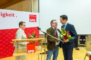 Kai Niklaus gratuliert den beiden Spitzenkandidaten Florian Töpper und Martina Braum