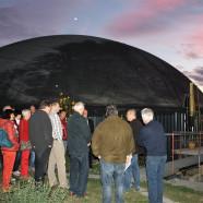 Landwirt Andres Obernöder (2.v.re.) erklärt den Besuchern seine Biogaslanlage