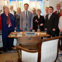 Landrat Florian Töpper, Fraktionsvorsitzender Hartmut Bräuer und die Kandidatinnen und Kandidaten für die Kreistagswahl der Allianz Main-Steigerwald