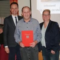 v.li.: Landrat Florian Töpper, Dieter Keller, Ortsvereinsvorsitzende und Bürgermeisterkandidatin Martina Braum
