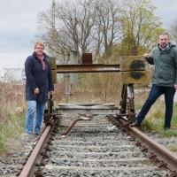 zeigt von links Stellv. Fraktionsvorsitzende Martina Braum und rechts Fraktionschef Stefan Rottmann an der Bahntrasse der Steigerwaldbahn in Gochsheim