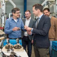 Landrat Florian Töpper (2.v.re.) zusammen mit stellv. Fraktionsvorsitzender und Bürgermeister Stefan Rottmann (3.v.re.) sowie Johannes Grebner (re.) unterwegs in heimischen Industrie- und Handwerksbetrieben.